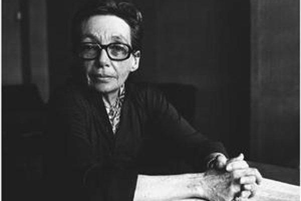 Marguerite Durasová (vlastným menom Marguerite Donnadieu), sa narodila v roku 1914 v Indočíne, zomrela v roku 1996. S jej dielom sme sa niekoľkokrát mohli stretnúť aj v slovenských prekladoch – z ostatných Milenec (Slovenský spisovateľ, aj knižná edícia S