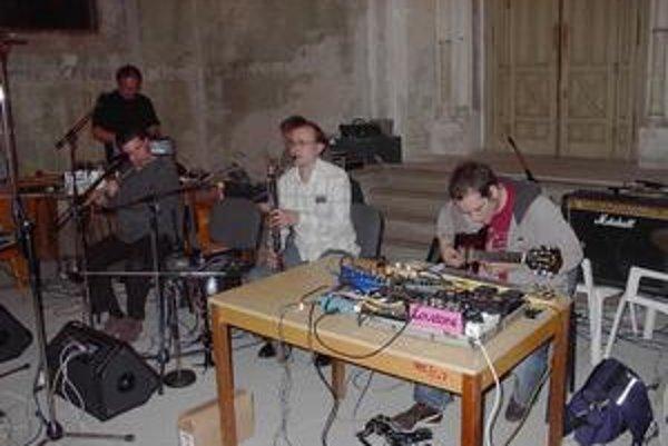 Tradičné nástroje a elektronika – súbor don@u.com symbolizuje zameranie tohto festivalu.