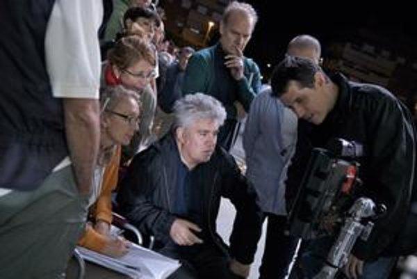 Pedro Almodóvar chodí práve po svete, prezentuje svoj nový film Rozorvané objatia.