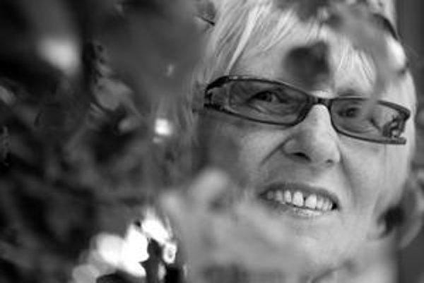 Alta Vášová (1939) sa narodila v obci Sevľjuš na Zakarpatskej Ukrajine. Vyštudovala matematiku a fyziku na Vyššej škole pedagogickej v Bratislave, pôsobila ako učiteľka, no bola i sprievodkyňou a upratovačkou na hrade Zvíkov. V rokoch 1968 - 1970 pracoval