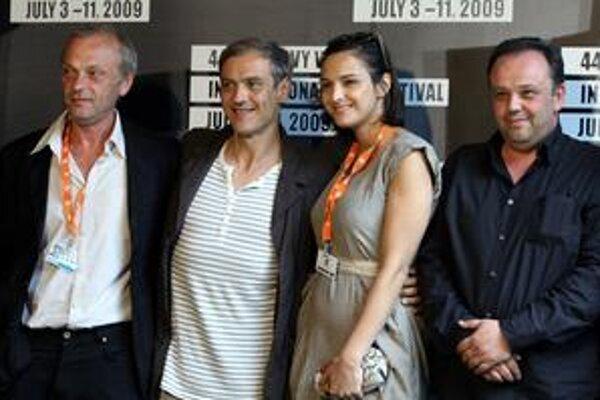 Delegácia k filmu Pokoj v duši v Karlových Varoch.  Zľava herci Attila Mokoš a Roman Luknár, speváčka Jana Kirschner, ktorá naspievala titulnú pieseň, a režisér  Vladimír Balko.