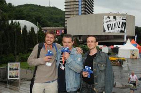"""Marko Škop (zľava) nakrútil film Osadné spolu s kameramanom Jánom Melišom a strihačom Františkom Krähenbielom.  Aj dokument Iné svety nakrútili spolu, Marko o nich hovorí: """"Bez ich energie by to nešlo. Obaja majú vzácnu vlastnosť, že sa nevzdávajú, čo je"""