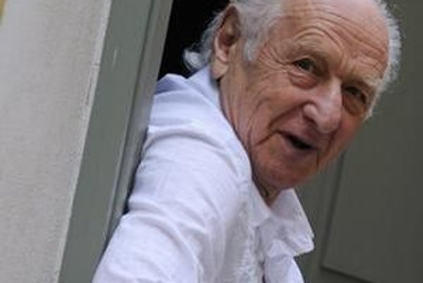 Arnošt Lustig (1926), spisovateľ a publicista. Strávil takmer dva a pol roka v koncentračných táboroch Terezín, Osvienčim a Buchenwald. Po vojne pracoval ako redaktor, po auguste 1968 emigroval. Z kníh: Noc a naděje, Démanty noci, Můj známý Vili Feld, Dit
