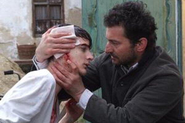Na Martina Petráška (Samuel Spišák) hádzali susedia kamene aj pri futbale. Jeho otca hrá vo filme Nedodržaný sľub Ondřej Vetchý.