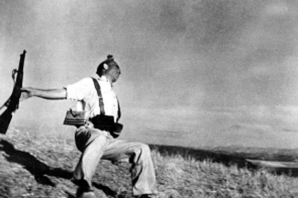 Slávna ikonická fotografia Roberta Capu Loyalist Militiaman at the Moment of Death, Cerro Muriano, September 5, 1936.