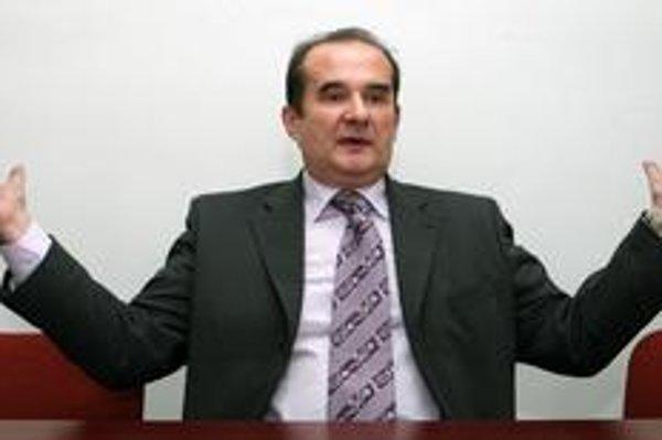 Peter Kováč (1958) sa narodil vo Fiľakove. Vyštudoval filmovú a divadelnú vedu  na VŠMU v Bratislave. Pôsobil ako dramaturg Divadla J. G. Tajovského vo Zvolene a v martinskom divadle, kde bol neskôr umeleckým šéfom a riaditeľom. Od roku 1994 bol členom Ra