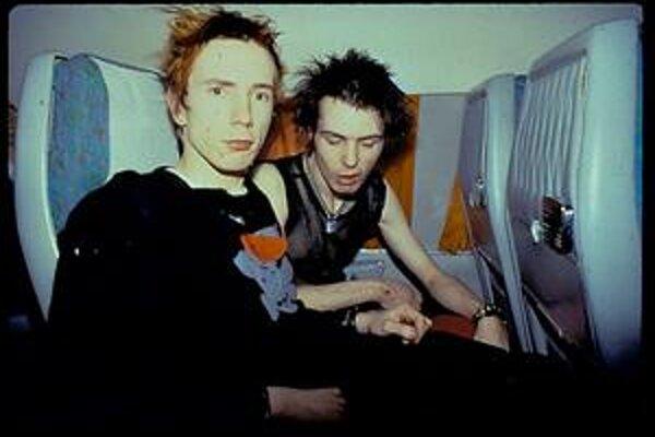 Sid Vicious (vpravo) so svojím parťákom zo Sex Pistols Johnnym Rottenom.