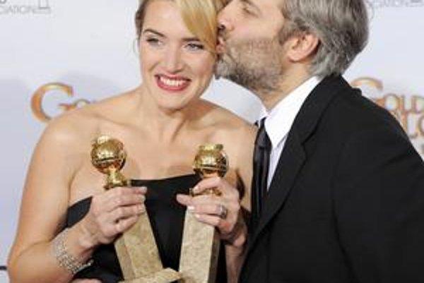 Kate Winsletová s dvoma Zlatými glóbusmi a svojim manželom.