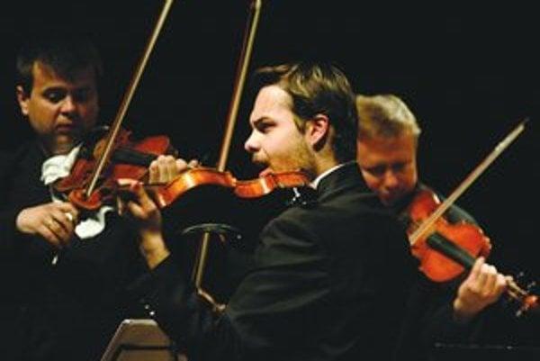 Mladý virtuóz Dalibor Karvay (v popredí) si už spoluprácu s orchestrom Zlaté husle vyskúšal niekoľkokrát.