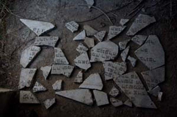 Yuri Dojč, z výstavy Ľudia, cintoríny, fragmenty.