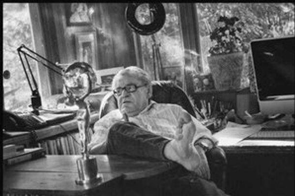 Miloš Forman vo svojej pracovni. O chvíľu si pôjde dať lieky na spanie a Krištáľový glóbus mu príde vhod.