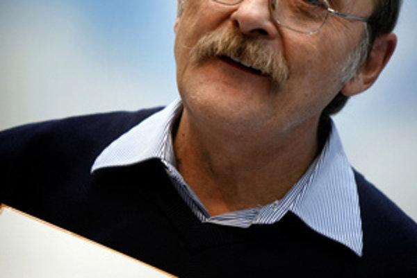Výtvarník a ilustrátor detských kníh Dušan Kállay počas stretnutia s deťmi. (Bratislava, 3. október 2007)