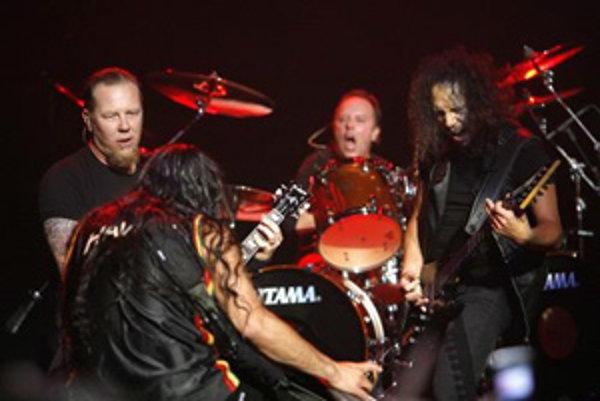 Skupina Metallica, zľava: líder, vokalista James Hetfield, basgitarista Robert Trujillo, bubeník Lars Ulrich a gitarista Kirk Hammett  (Los Angeles,  14.5. 2008).