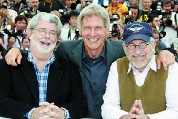 Štvrté pokračovanie Indianu Jonesa Kráľovstvo krištáľovej lebky prišli do Cannes predstaviť producent George Lucas (zľava), herec Harrison Ford a režisér Steven Spielberg.