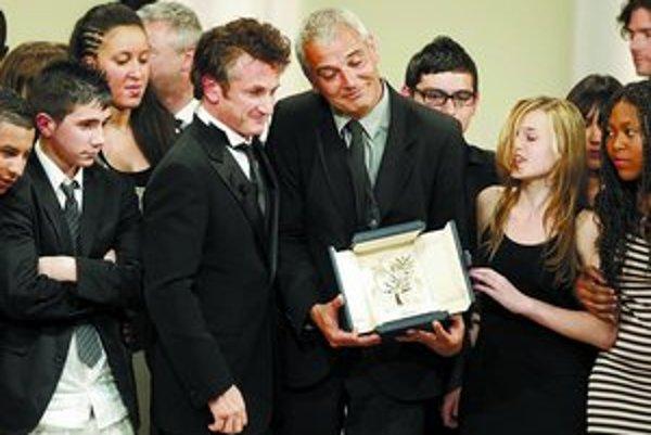 Francúzsky režisér Laurent Cantet má v rukách Zlatú palmu, vedľa seba predsedu poroty Seana Penna a okolo hrdinov svojho filmu Entre les murs.
