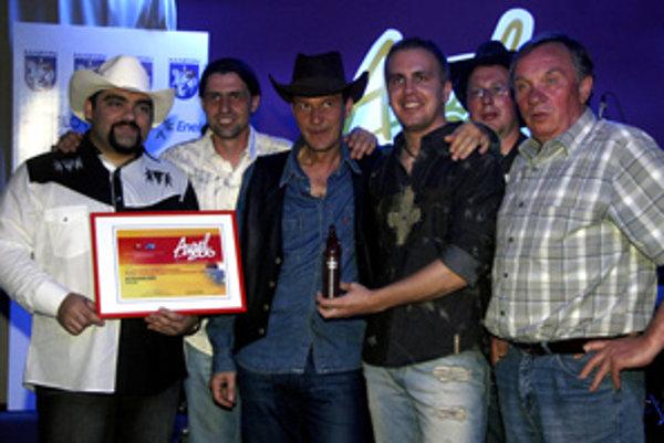 Laureáti ceny Aurel v kategórii country, bluegrass a tramp skupina Veslári pózujú s ocenením. Hudobné ceny Aurel 2006 v žánrových kategóriách udelovali v bratislavskom klube Malý Babylon. Bratislava, 15. apríl 2007.