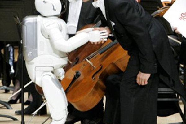 Renomovaný violončelista Yo-Yo Ma víta robota-dirigenta ASIMO.
