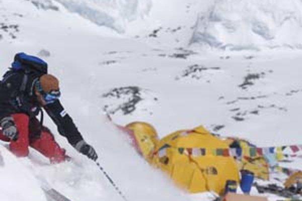 Na najvyššiu horu sveta si horolezci lyže berú iba ak sú z Nóri.