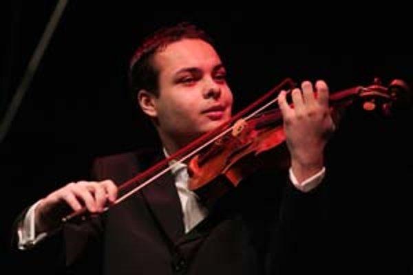 Dalibor Karvay (1985) Narodil sa vo Vrútkach. Keď mal tri a pol roka, začal hrať na husle pod vedením svojho otca. Svoj prvý koncert mal vo veku 7 rokov. Prvú významnú cenu získal v ôsmich rokoch, odvtedy ich dostal množstvo po celom svete. Absolovoval št