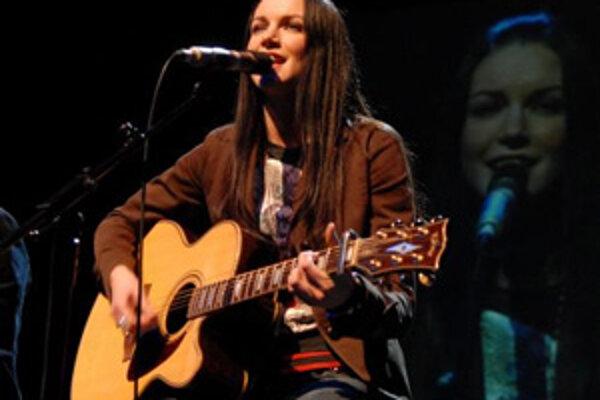 Zuzana Smatanová spieva počas benefičného koncertu v Prešova, január 2008.