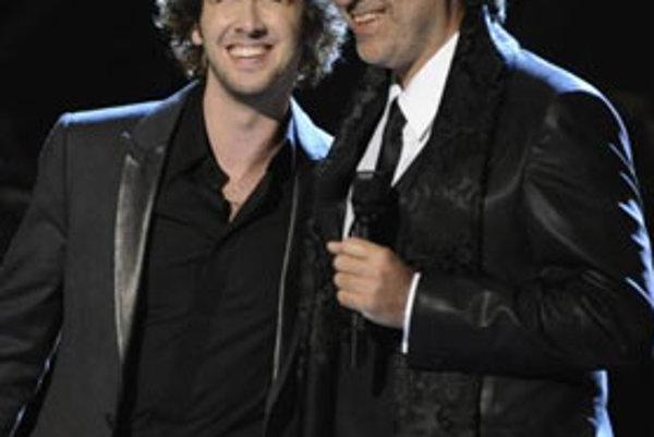 Andrea Bocelli (vpravo) vystupuje v Los Angeles na odovzdávaní prestížnych hudobných cien Grammy (10. februára 2008).