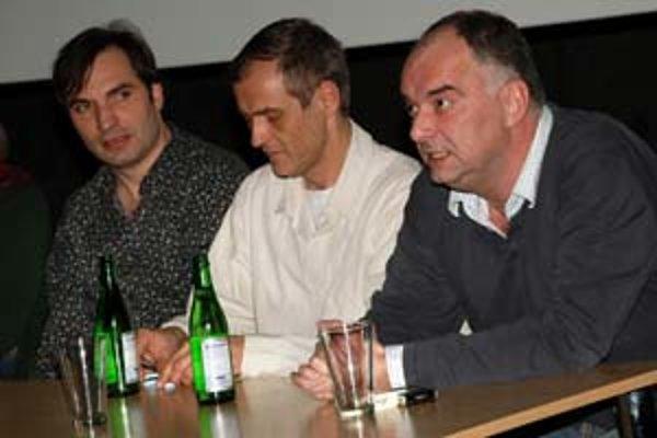 Jiří Macháček (zľava), Roman Luknár a producent Ondřej Trojan na včerajšej bratislavskej prezentácii filmu Medvídek.