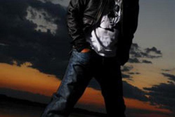 Nahrávka s názvom Žijem ako viem prichádza na trh po takmer roku a pol od Cmorikového platinového debutu Nádherný deň (2006). Prináša dvanásť nových skladieb a live verziu prvého singla Dážď.