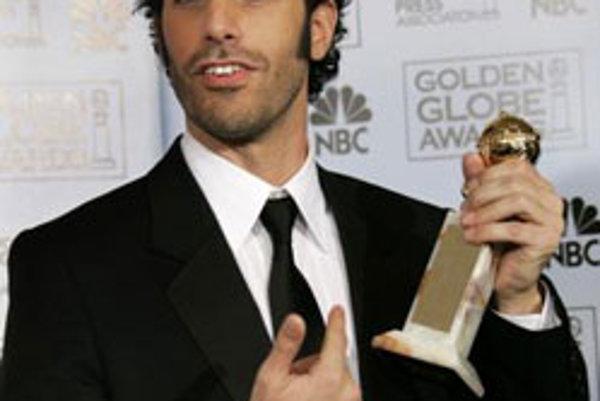 Sacha Baron Cohen pózuje s ocenením pre najlepšieho herca v komédii za jeho výkon vo filme Borat: Nakúkanie do ameryckej kultúry na objednávku slavnoj kazašskoj národa na 64. ročníku odovzdávania Zlatých Glóbusov v Kalifornii (15. januára 2007).