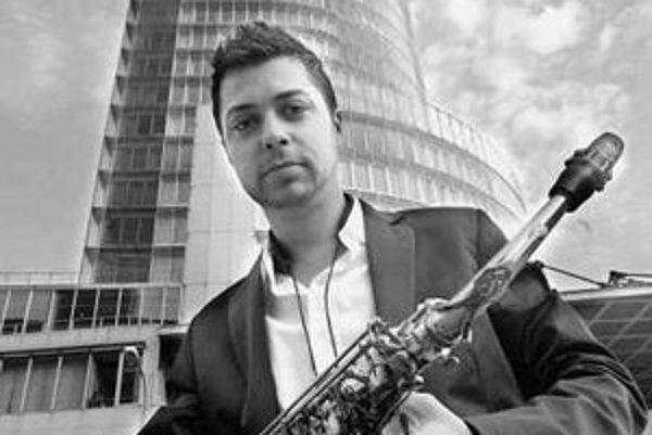 Radovan Tariška (28) vyštudoval konzervatórium v Žiline. Hral s mnohými hudobníkmi od Petra Lipu až po Idu Kelarovú. V roku 2001 získal cenu Ladislava Martoníka.