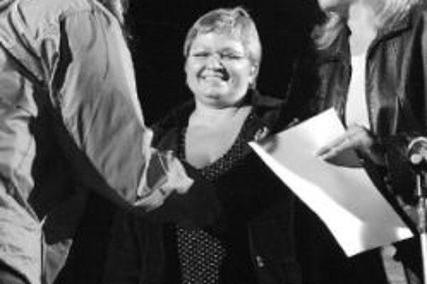 Na Kremnických gagoch 2006 odovzdáva Iveta Radičová Cenu Stana Radiča za objav roka Petre Polnišovej, v pozadí riaditeľka rádia EXPRES Eva Babitzová.