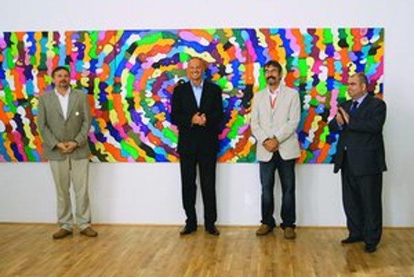 Riaditeľ Galérie Jána Koniarka Vladimír Beskid (vľavo) a umelec Daniel Bidelnica (druhý sprava) na vernisáži.