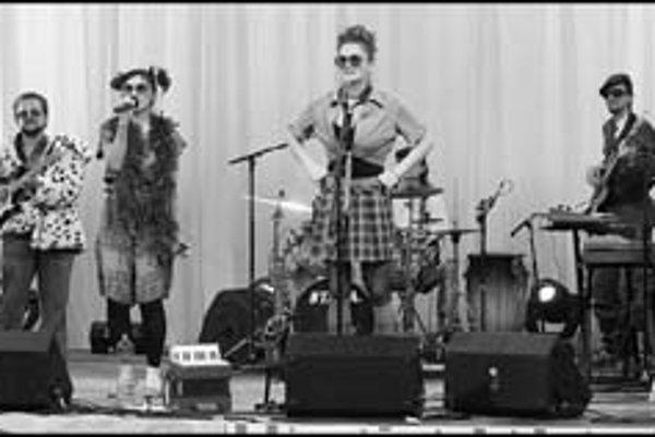 Skupina Sto múch prichádza so žánrovou pestrosťou a bizarnými kostýmami.