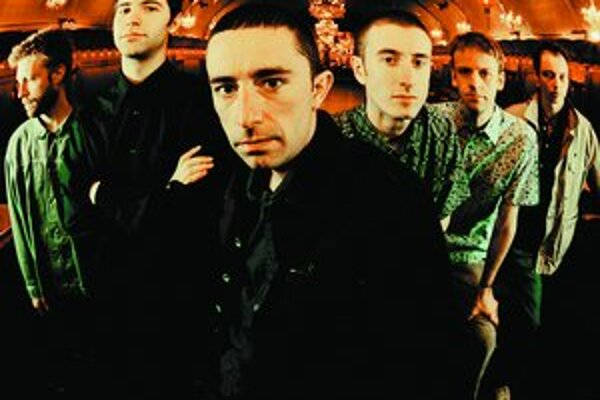 Líder Cinematik orchestra Jason Swinscoe (v strede) s kapelou, na ktorej štýl sa vymyslelo slovíčko cinematic sound.