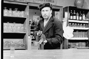 Uvzatého kapitána Dabača z rovnomenného filmu Paľa Bielika z roku 1959 stvárnil <br>Ladislav Chudík striedmo, autenticky. Táto postava znamenala prvý veľký prelom v hercovej kariére.<br>