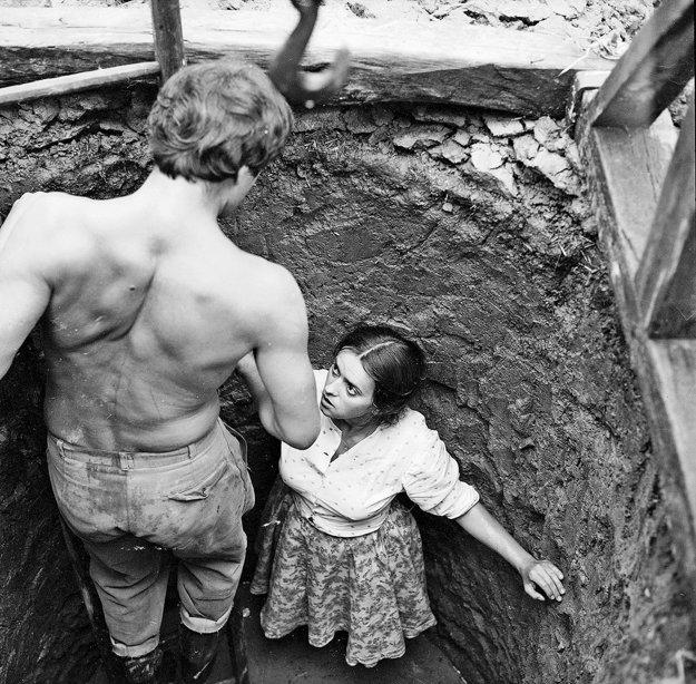 """Pásla kone na betóne (1982), réžia: Štefan Uher. Milka Zimková priniesla do dovtedy cudných Uherových filmov zmyselnosť a telesnosť, ktorá sa prejavuje aj v Johaniných erotických snoch so studňou. Táto slobodná matka je typom multifunkčnej ženy, muži okolo nej ju priťahujú aj odpudzujú. Dlhodobo odmieta kamaráta Bertyho, čím potvrdzuje svojej právo na slobodný výber partnera. """"To ta emapcipácia ich popsula. Veru bože, že ani Boh nezna, co chcú a co v ich je,"""" komentuje Berty. Ženy sú odolnejšie ako muži, ktorí prichádzajú a odchádzajú a robia len deti (studniar Jirko)."""