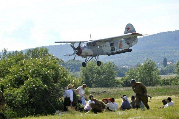 Diváci sledovali lietadlá so zatajeným dychom.