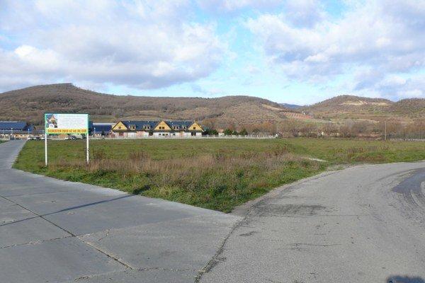 Na tomto mieste v lokalite Rozálka chcú investori postaviť zimný štadión.
