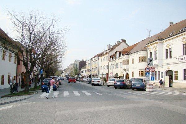 Štefánikova ulica pred zavedením parkovného.