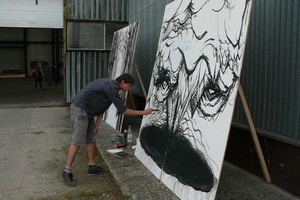 Umelci maľovali svoje obrazy priamo na mieste festivalu.