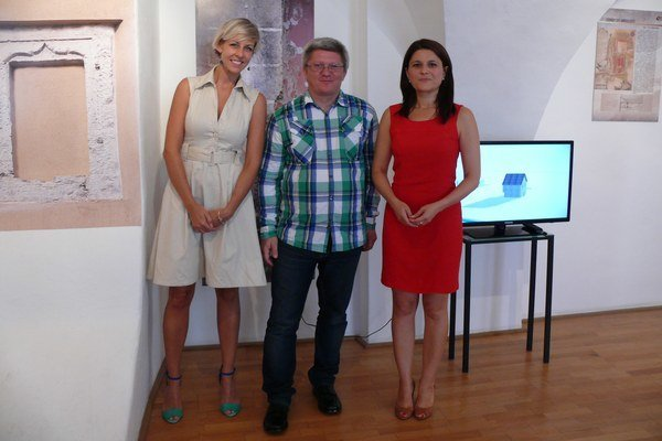 Autori výstavy - zľava architektka Viktória Kyjovská, Peter Wittgrúber a Petra Pospechová.