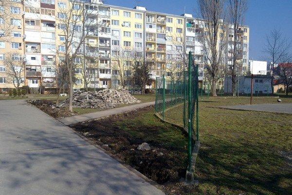 Modernejšie ihriská, nové lavičky či stojany na bicykle. Verejné priestranstvo v lokalite západ už upravujú na atraktívny park.