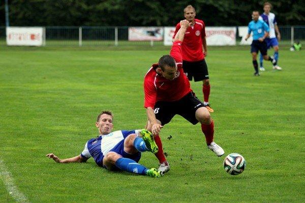 Seneckí futbalisti  (v červenom) vyhrali prvý zápas nového ročníka druhej najvyššej súťaže. Zdolali Šamorín na jeho ihrisku 1:0.