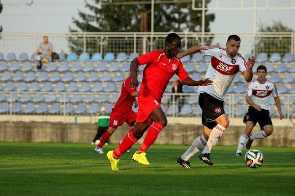 Jesus Konnsimbal v súboji s obranou trnavského béčka. ŠK vyhral doma v 6. kole 2:0.