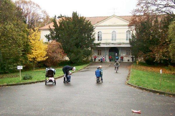 Do parku, v ktorom sa kaštieľ nachádza, si ľudia chodia aj zacvičiť.