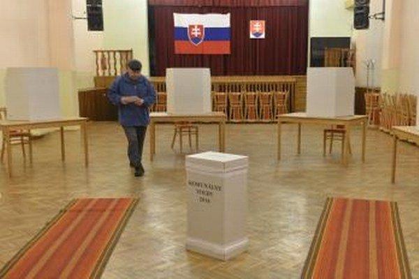 K volebným urnám dnes obyvatelia miest a obcí môžu prísť do 20. hodiny.