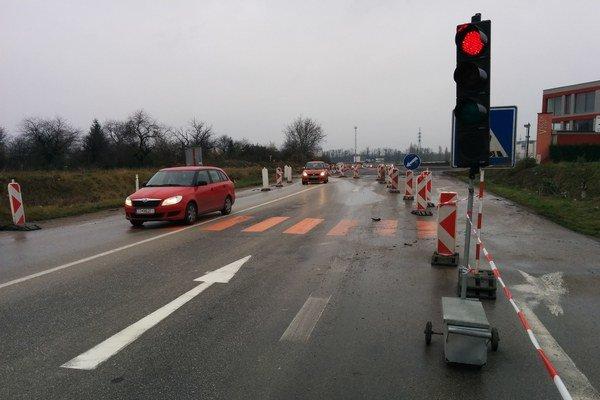 Dopravu pred križovatkou riadil ešte v nedeľu popoludní semafor.