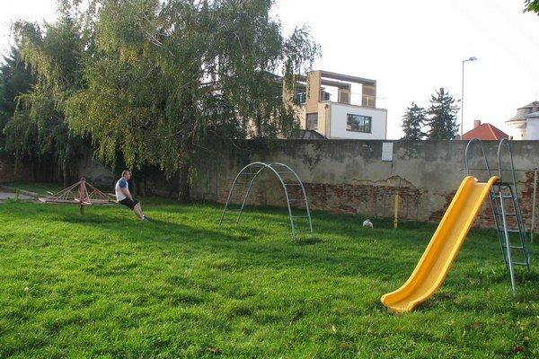 Viaceré detské ihriská medzi bytovkami sú nevyhovujúce.