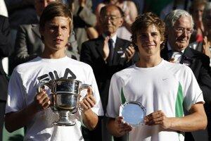 Víťaz dvojhry juniorov na grandslamovom turnaji vo Wimbledone z roku 2010 Maďar Marton Fucsovics (vľavo) si v Trnave finále nezahrá.