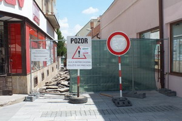 Trhová ulica je v týchto dňoch uzavretá. Obnovu plánujú stihnúť do polovice augusta.