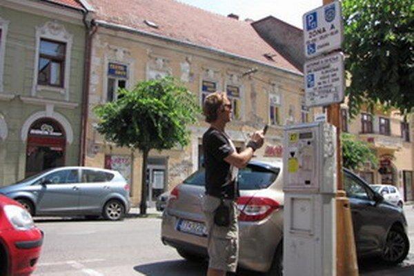 Za parkovanie v centre Trnavy sms- správou platí čoraz viac vodičov.